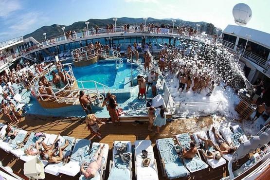 Καυτές στιγμές εν πλω! Έξι Έλληνες στο κρουαζιερόπλοιο των οργίων.